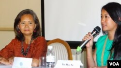 Yin Myo Su, founder of the Inthar Heritage House in Burma, talks next to Mu Sochua, a lawmaker-elect for the opposition Cambodia National Rescue Party at a press conference in Phnom Penh, Friday, May 16, 2014. (Kong Sothanarith/VOA Khmer)