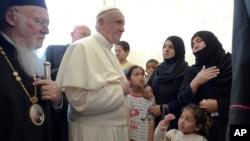 Le pape François va à la rencontre des migrants à Lesbos, Grèce, le 16 avril 2016.