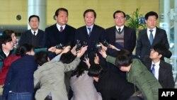 Kepala Dewan Pengusaha Korea Selatan di Kaesong, Chung Ki-Sup (tengah) memberikan keterangan kepada media di Paju, Rabu (18/3).