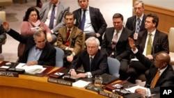 시리아 제재 결의안에 대한 유엔 안전보장이사회 표결이 4일 열린 가운데 손을 들어 찬성을 표시하는 호세 필리프 모라이스 카브랄 유엔 주재 포르투갈 대사(좌), 바소 상쿠 유엔 주재 남아프리카공화국 대사(우)와 반대 의사를 표시하는 비탈리 추르킨 유엔 주재 러시아 대사는 정면을 응시한 채 거부권을 행사하고 있다.