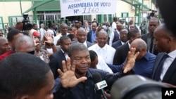 23일 아프리카 서남부 국가 앙골라에서 대통령 선거가 실시됐다. 유력 대선 후보인 집권여당 앙골라인민해방운동의 호아오 로렌코 국방장관이 투표 후 기자회견을 하고 있다.