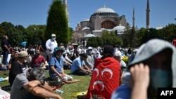 لوگوں کی بڑی تعداد مسجد کے اندر اور باہر موجود تھی۔