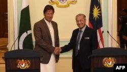 پاکستان کے وزیر اعظم عمران خان اور ملائیشیائی ہم منصب مہاتیر محمد کی ملاقات۔