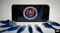 El logo de la Agencia de Seguridad Nacional de EE.UU. en la pantalla de un iPhone. Berlin, junio 7 de 2013.