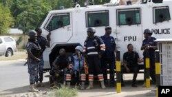 La police devant le bureau de la commission électorale du Ghana à Accra, Ghana, 9 décembre 2016.