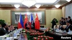 Tư liệu: TT Philippine Rodrigo Duterte (trái) và Chủ tịch TQ Tập Cận Bình (phải) vỗ tay tại lễ ký kết ở Nhà Khách quốc gia Diaoyutai State ở Bắc Kinh, TQ, ngày 29/8/2019. How Hwee Young/Pool via REUTERS