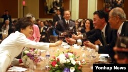 박근혜 한국 대통령(왼쪽)이 6일 오후 미국 워싱턴 만다린 오리엔털호텔에서 열린 동포간담회에서 참석자들과 건배하고 있다.