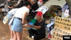 香港街頭路人慰問參與反送中反修例絕食抗爭的陳伯。(美國之音海彥拍攝)