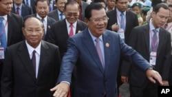 Thủ tướng Campuchia Hun Sen (giữa).