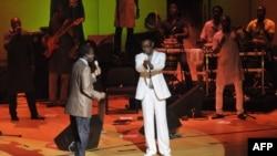 Youssou Ndour et Thione Seck lors d'un concert à Dakar, le 8 septembre 2012.