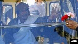 Nhà lãnh đạo Libya Moammar Gadhafi vẫy chào các ủng hộ viên ở Tripoli, ngày 2/3/2011