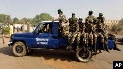 La police militaire assure la sécurité au centre de Niamey, Niger, 20 février 2010.