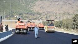 """Pembangunan jalan sebagai inisiatif pembangunan infrastruktur China, """"Belt and Road"""", di Haripur, Pakistan, 22 Desember 2017."""