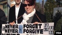Таня Саранг на пикете у посольства РФ в Вашингтоне