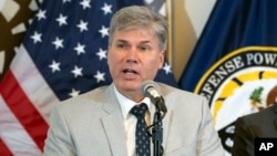 미국 국방부 산하 전쟁포로·실종자확인국(DPAA) 감식소장인 존 버드 박사 지난 8일 국방부 기자회견에서 북한 내 미군 유해 발굴 추진 상황에 관해 설명하고 있다.