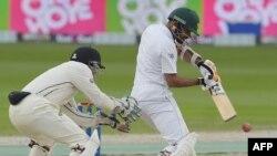 پاکستان کے بلے باز بابر اعظم شاٹ کھیل رہے ہیں۔