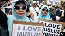مظاہرین میں سے زیادہ تر نے سروں پر پٹی باندھ رکھی تھی جس پر ''اویغور بچاؤ'' لکھا تھا۔