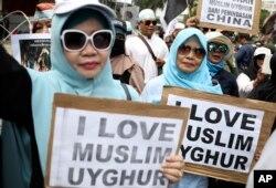 Protes muslim Indonesia terhadap kekerasan pada Uighur. (Foto: AP)