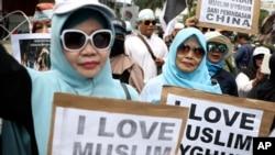 Manifestation de femmes musulmanes appelant à mettre fin à l'oppression contre les Ouïghoures du Xinjiang à Jakarta en Indonésie, le 27 décembre 2019.