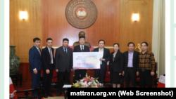 Chủ tịch UB Trung ương MTTQ Việt Nam Trần Thanh Mẫn tiếp nhận ủng hộ từ công ty Honda Việt Nam.