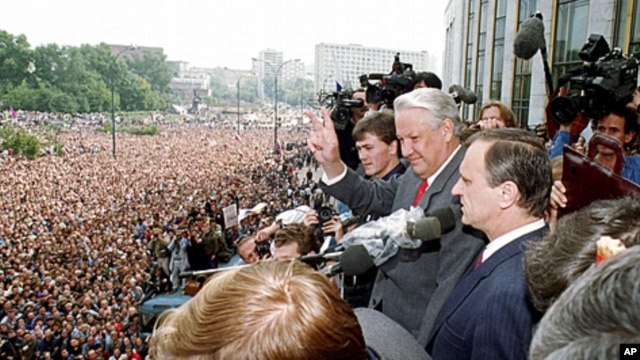 Gennady Burbulis, right, stands next to  Russian Republic President Boris Yeltsin, second right, making a V-sign to thousands of Muscovites at a rally in front of the Russian federation building to celebrate the failed military coup in Moscow, August 22,