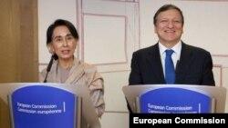 ေဒၚေအာင္ဆန္းစုၾကည္ (ဝဲ) ႏွင့္ ဥေရာပေကာ္မရွင္ဥကၠ႒ Jose Manuel Barroso (ယာ)