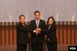 三组总统候选人辩论前握手 (照片来源:公共电视台)