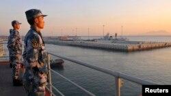 Binh sĩ hải quân Trung Quốc đứng gác trên tàu sân bay Liêu Ninh.