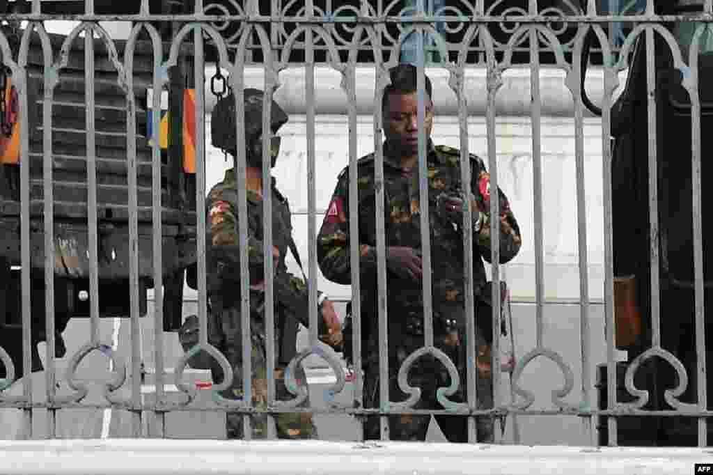 میانمار کے شہر ینگون کے ٹاؤن ہال کی عمارت میں فوجی اہلکار دکھائی دے رہے ہیں۔