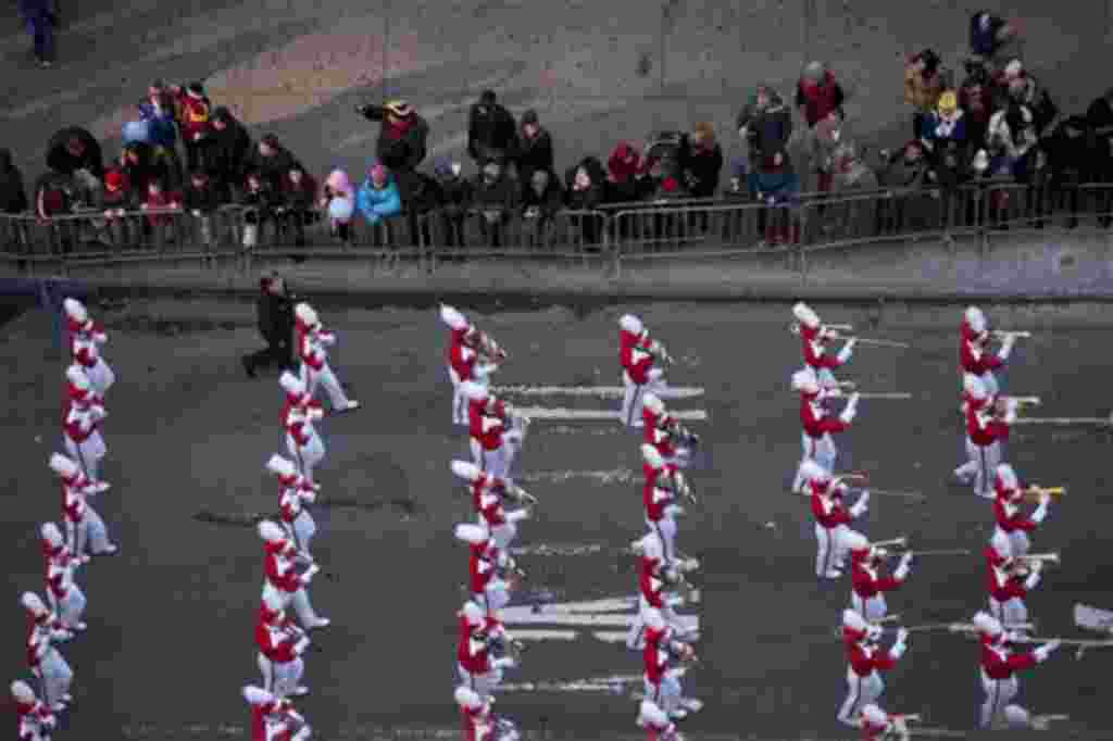 Una banda atraviesa Times Square durante la versión número 85 del desfile del Día de Acción de Gracias en Nueva York. 2011.