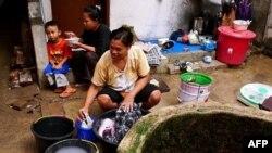 Nước giếng người dân ở Penjaringan dùng để giặt quần áo đục ngầu, vì nước sạch vẫn còn hạn chế và được dành để uống