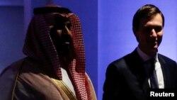 Pangeran Mohammed bin Salman (kiri) dan Jared Kushner saat bertemu di Riyadh, Arab Saudi pada 21 Mei 2017 (foto: dok).