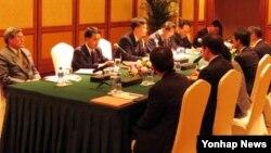 19일 중국 랴오닝성 선양시 성마오 호텔에서 열린 북한-일본 적십자 실무회담에서 양측 대표단(북한측이 왼쪽)이 북한 내 일본일 유골 반환 문제를 협의하고 있다.