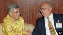 """1996年9月,中国人大常委会副委员长王光英(右)和马来西亚政府经济顾问握手。据说,目前在逃的张潲煌的(外)祖父是""""光大""""公司的创始人王光英"""