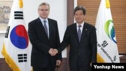 23일 서울 세종로 정부서울청사에서 알렉산드르 티모닌 주한 러시아 대사(왼쪽)와 황부기 한국 통일부 차관이 만났다.