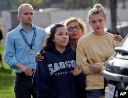 미국 캘리포니아주 로스앤젤레스 인근에 있는 소거스고등학교에서 총격 사건이 발생한 후 학생과 교직원들이 대피해 있다.