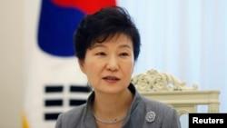 박근혜 한국 대통령이 16일 청와대에서 로이터 통신과 인터뷰하고 있다. (자료사진)