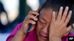Seorang migran menangis setelah diusir oleh pihak berwenang Meksiko dari tempat tinggal sementaranya, usai diusir dari perbatasan AS. (Foto: Associated Press)