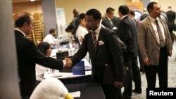 Čovek koji traži posao upoznaje se sa potencijalnim poslodavcem na skupu u Njujorku