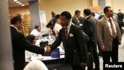 Suasana 'Job-Fair', ajang pertemuan para pencari kerja dan perusahaan penyedia lapangan kerja di New York, Oktober 2012 (Foto: dok). Pemerintah AS mengumumkan pengajuan permohonan tunjangan pengangguran pekan lalu menurun hingga peringkat terendah ke-2 tahun ini, Kamis (13/12).