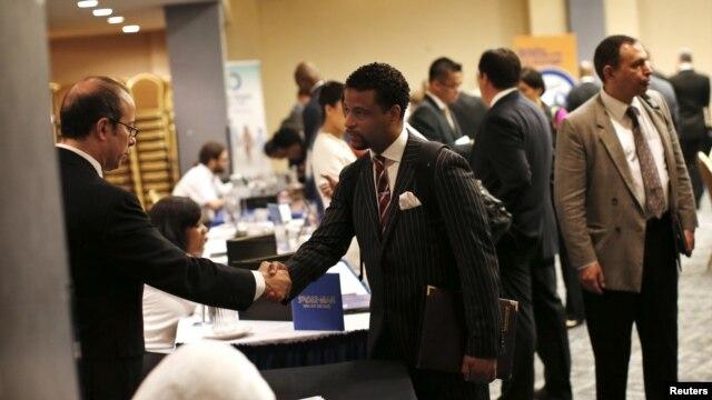 Para pencari kerja AS menghadiri bursa kerja di New York (foto: dok). Jumlah pemohon tunjangan pengangguran AS mengalami kenaikan bulan lalu.