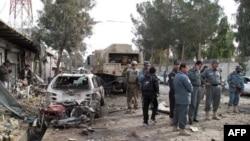 Cảnh sát Afghanistan xem xét hiện trường vụ đánh bom tự sát ở tỉnh Helmand, ngày 26/1/2012