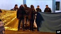 Italijanska policija pravi kordon oko tela čoveka ubijenog u pucnjavi sa policijom u predgrađu Milana (AP Photo/Daniele Bennati)