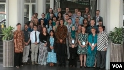 Duta Besar Amerika Serikat Robert Blake berfoto bersama 34 sukarelawan pengajar Bahasa Inggris ETA dalam kegiatan orientasi selama dua minggu di Bandung, Selasa 1/9 (foto: VOA/Wulan).