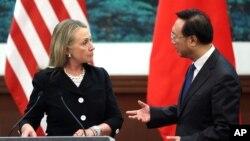 지난 9월 중국 베이징에서 회담한 힐러리 클린턴 미 국무장관(왼쪽)과 양제츠 중국 외교부장. (자료사진)