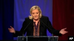 Pemimpin partai Front Nasional Perancis, Marine Le Pen memberikan pidato usai pemilu di Henin-Beaumont, Perancis utara, Minggu (13/12).