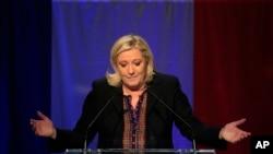 Marine Le Pen, lãnh đạo đảng Mặt trận Quốc gia, phát biểu sau khi loan báo kết quả bỏ phiếu sơ bộ trong cuộc bầu cử cấp vùng, ở Henin-Beaumont, miền bắc của Pháp, ngày 13 tháng 12, 2015.