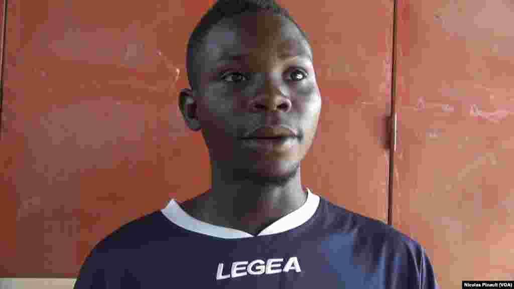 Modeste Younkagaba a quitté le Cameroun à 17 ans. Comme beaucoup de mineurs non accompagnés, il a enduré ce dur voyage seul. Maintenant, il veut rentrer chez lui. (VOA/Nicolas Pinault)