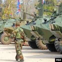 Militer Kamboja siaga di dekat lokasi Kuil Kuno di perbatasan. Bagi Menlu Natalegawa, yang penting kedua pihak mematuhi untuk tidak saling menyerang.