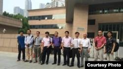 十多位维权律师在郑州要求会见当事人(网络图片)